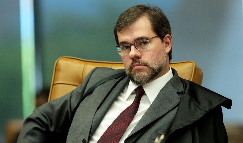 Toffoli ignora conflito de interesses no STF