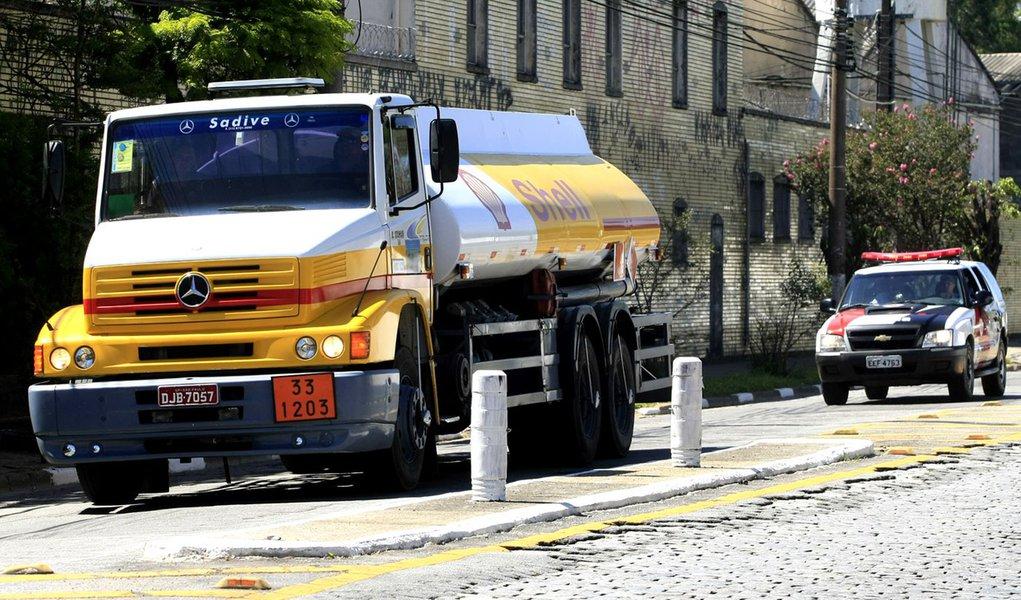 Caminhões distribuem combustível sob escolta da polícia