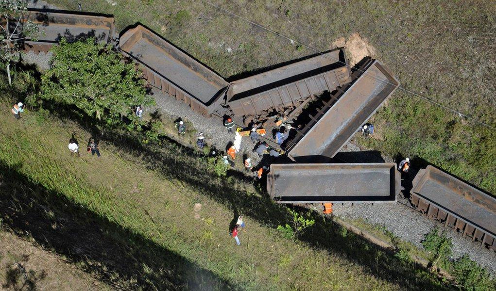 Batida de trens fere três maquinistas em Minas Gerais