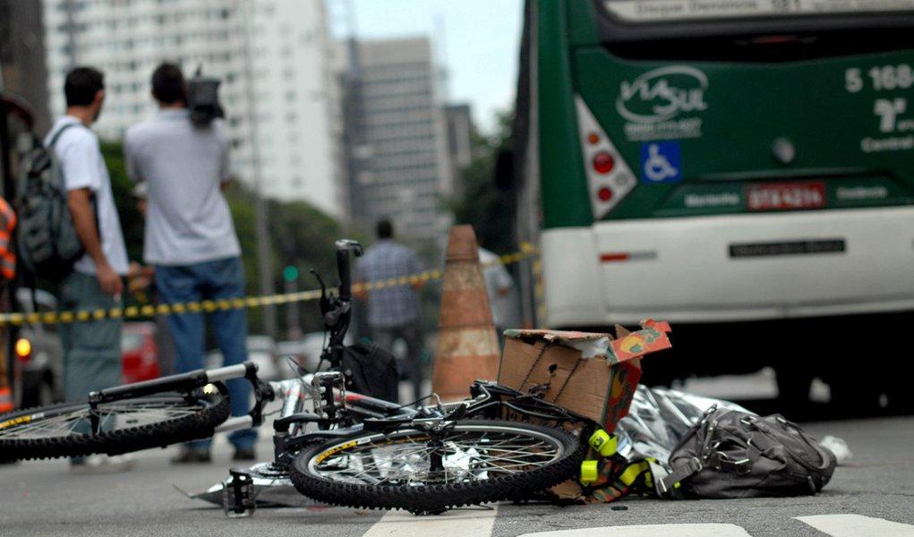 Ciclista morre atropelada por ônibus na Paulista