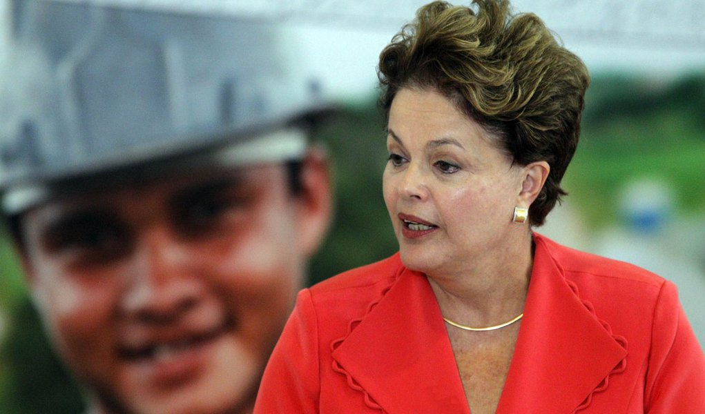 Dilma sai de Brasília em segredo e visita Lula em São Paulo