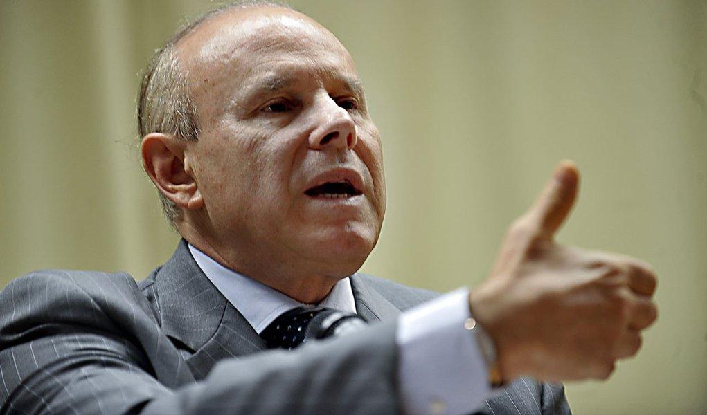 Mantega: Governo não assistirá impassível à guerra cambial
