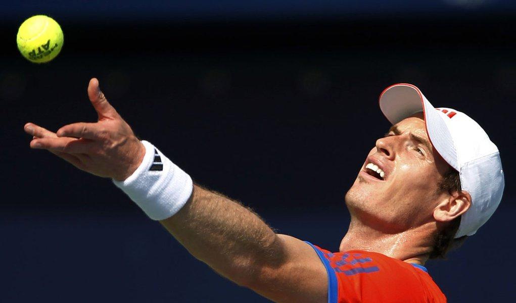 Murray sofre, mas estreia com vitória em Dubai