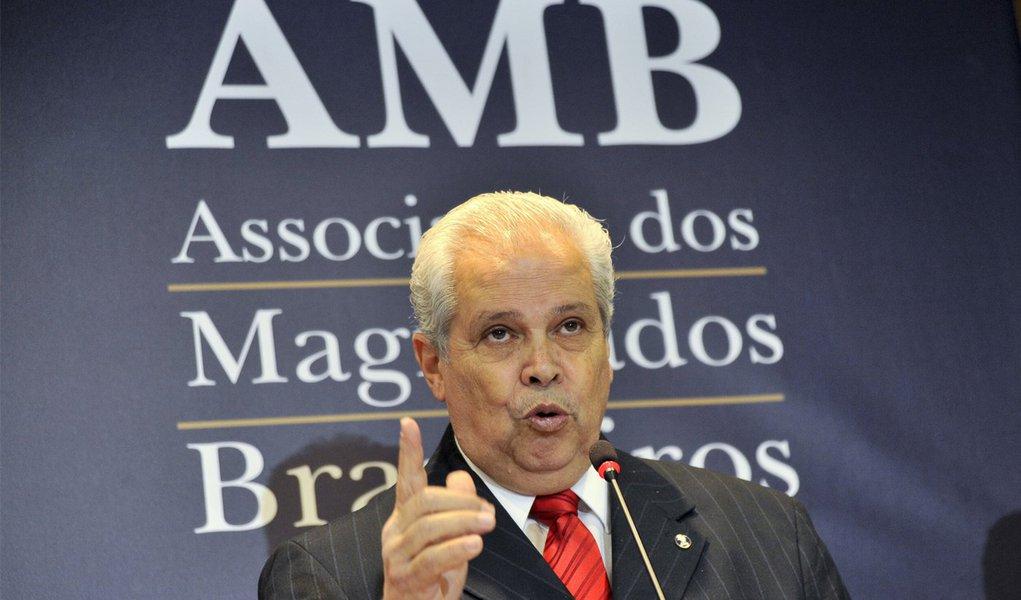 """""""Estarrecido"""", presidente da AMB critica ação do CNJ"""