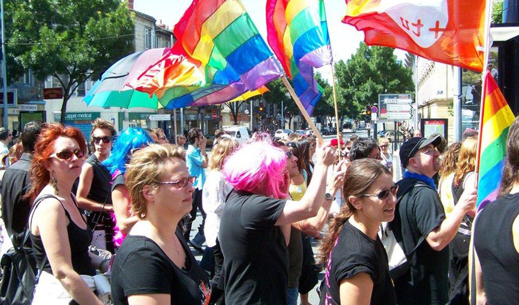 Parlamento francês aprova casamento homossexual