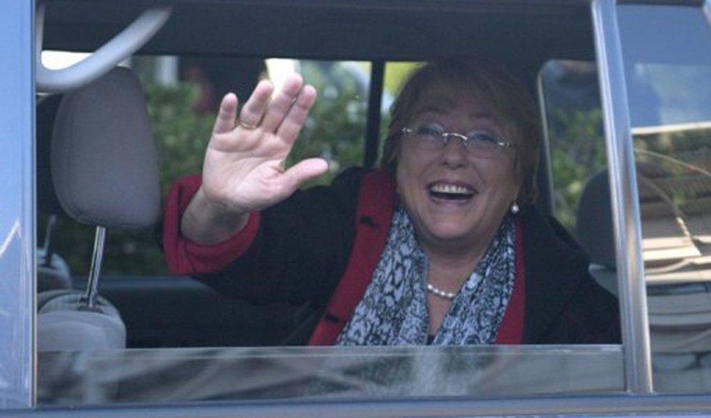 Michelle Bachelet volta ao Chile para disputar eleição presidencial