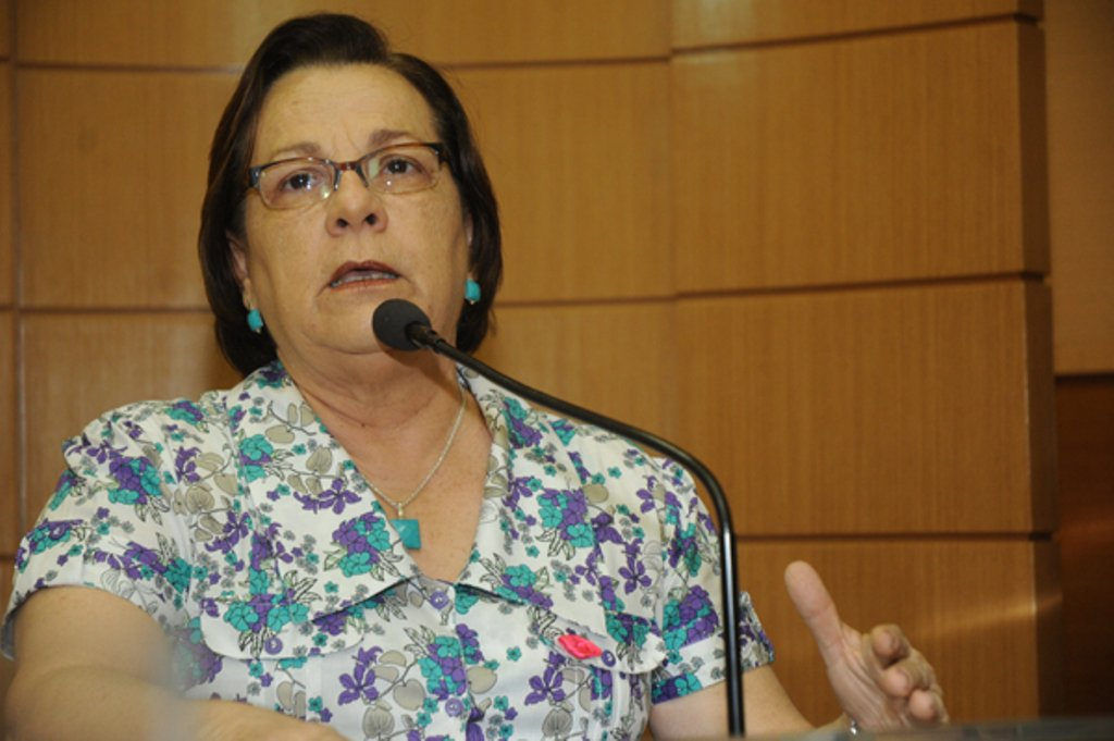 """Ana Lúcia rebate pesquisa: """"salário de professor é miserável"""""""