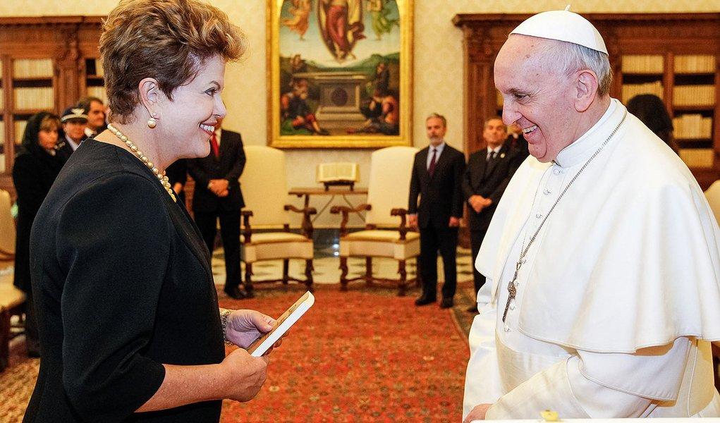 Papa diz a Dilma que ficou comovido com Santa Maria