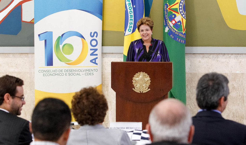 """""""Vozes do racionamento agora se calam"""", diz Dilma"""