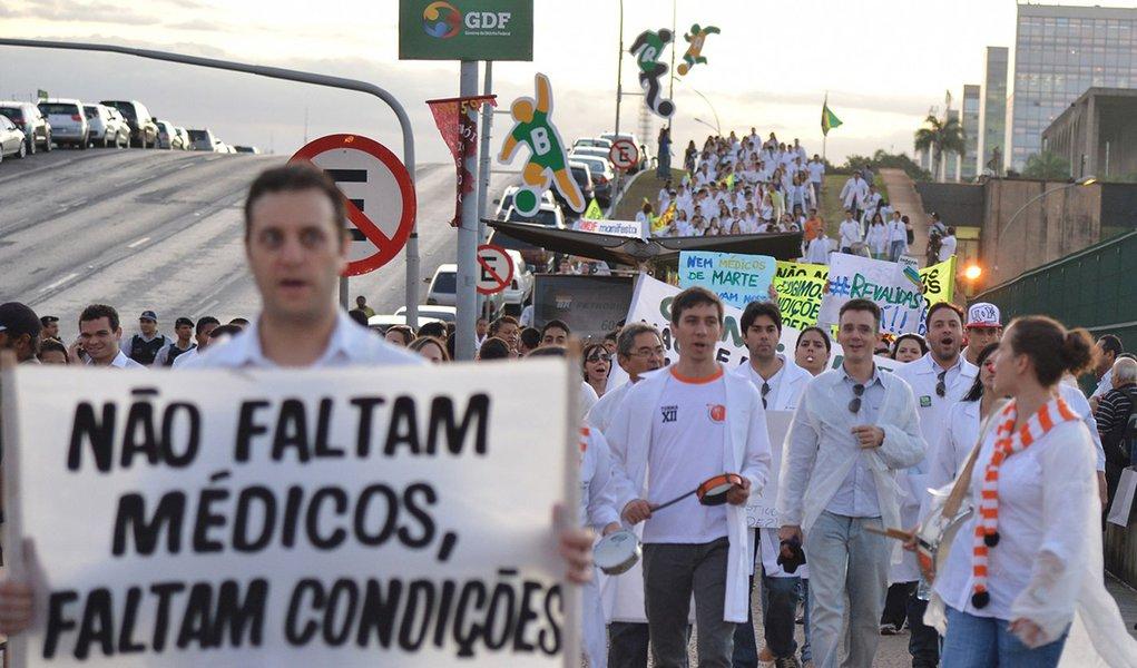 Associação Médica Brasileira vai à Justiça contra Mais Médicos