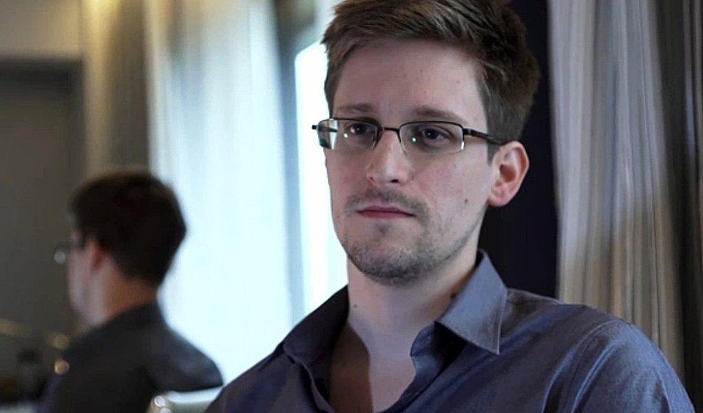 Snowden completa um mês no aeroporto de Moscou