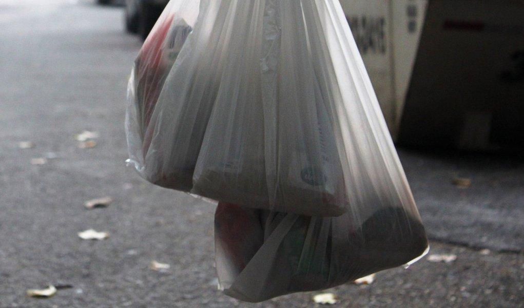 Supermercados de São Paulo ainda têm de fornecer sacolas