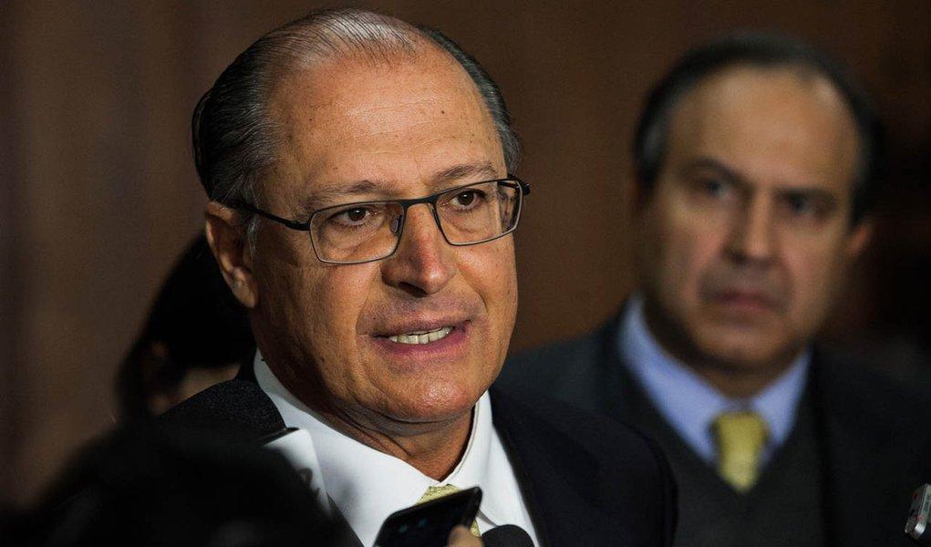 Médico, Alckmin critica estágio de 2 anos no SUS