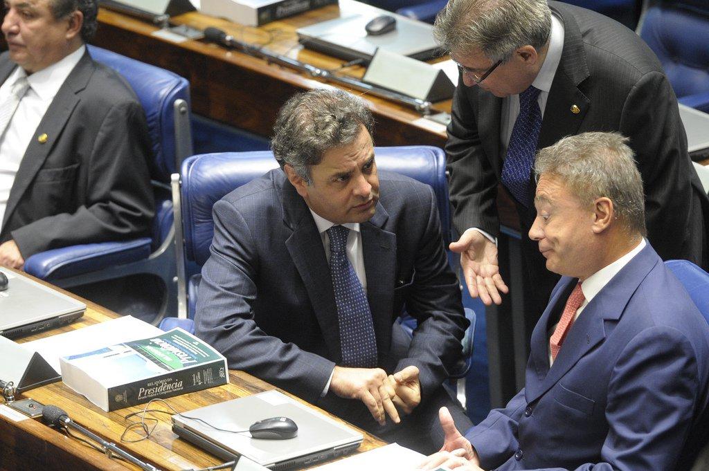 Aécio nega falta de firmeza da oposição no Congresso
