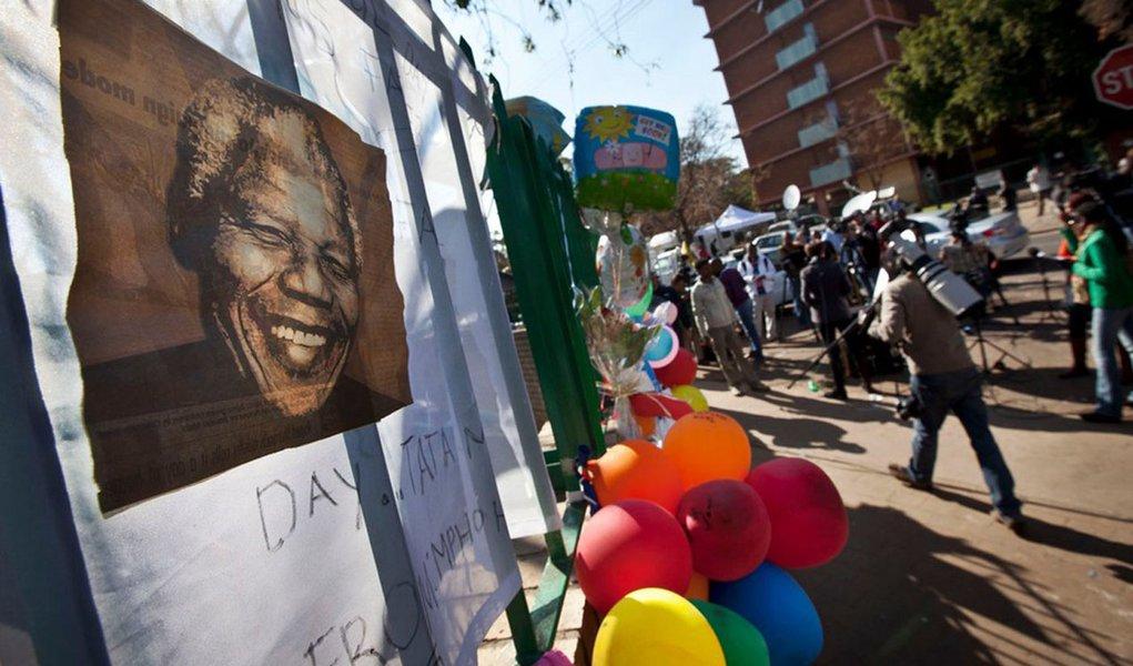 Mandela completa um mês hospitalizado