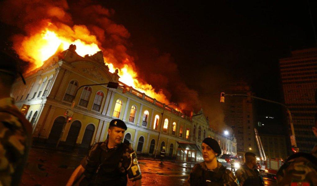 Incêndio atinge Mercado Público em Porto Alegre