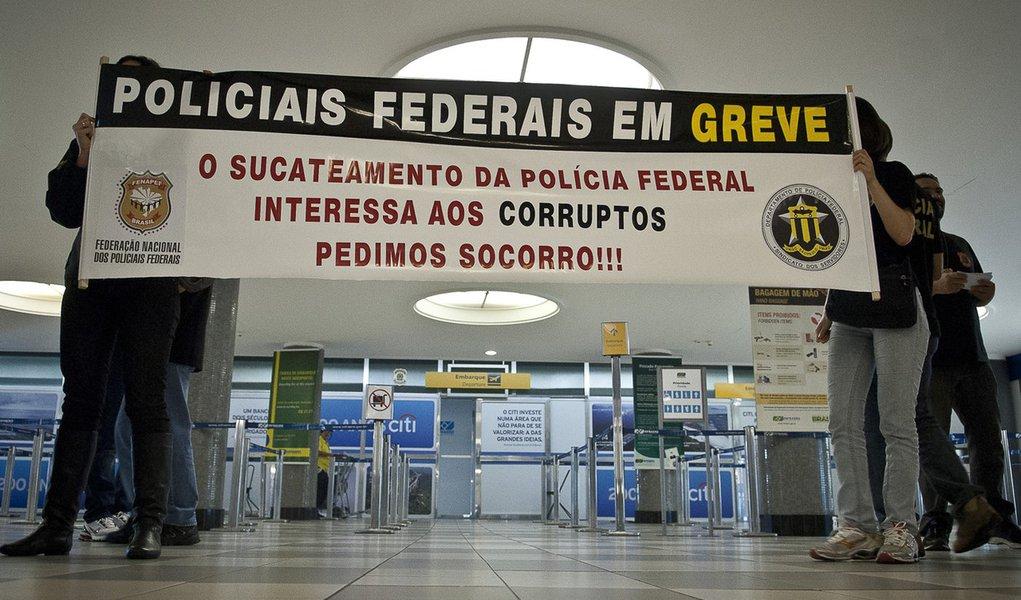 Policiais federais em greve fazem apitaço em São Paulo
