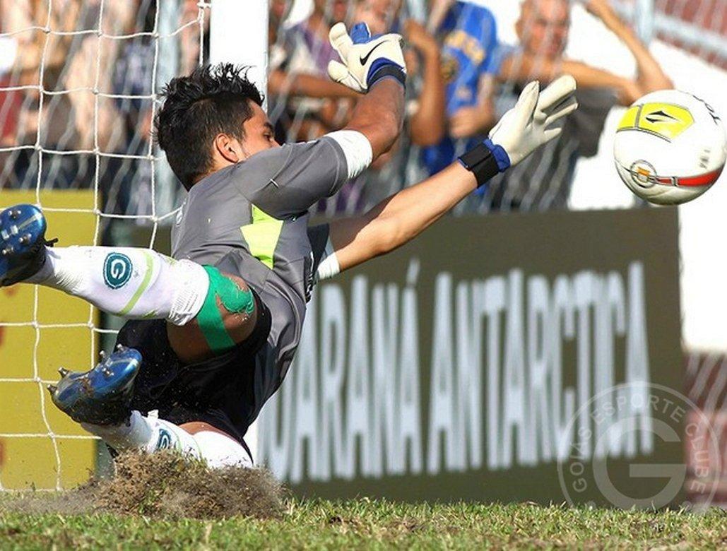 Goleiro pega quatro pênaltis e Goiás decide Copa São Paulo