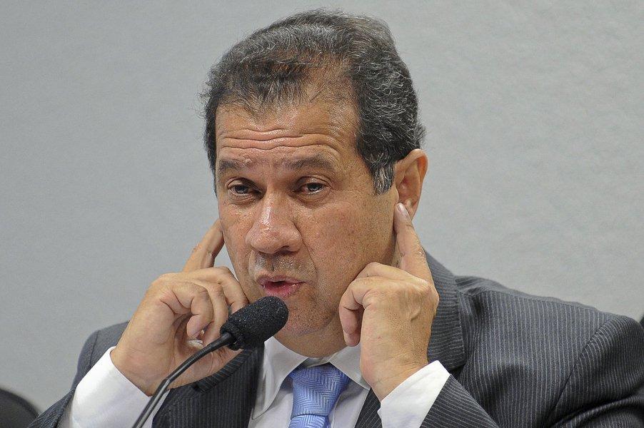 Exonerado, Lupi continua conselheiro do BNDES