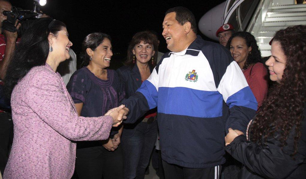 Parlamento da Venezuela decide se Chávez pode voltar a Cuba