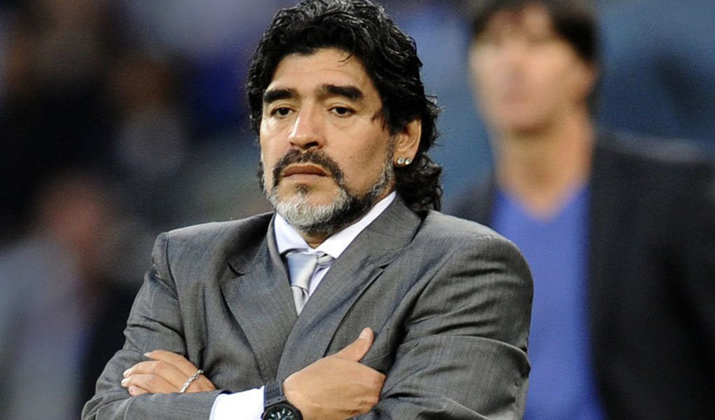 Maradona passa por cirurgia para retirar pedra do rim