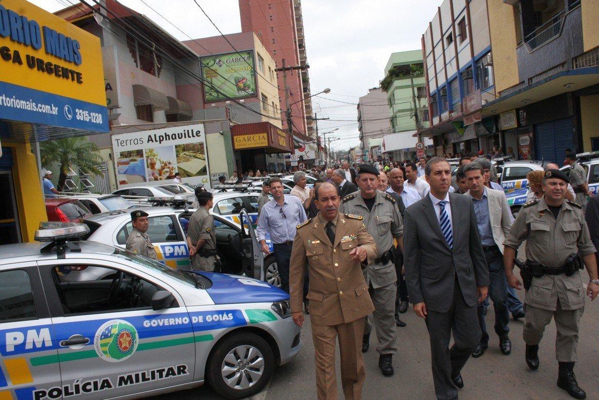 Em Anápolis, Eliton presta contas e entrega veículos