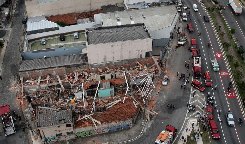 Prédio desaba em São Paulo e deixa três feridos