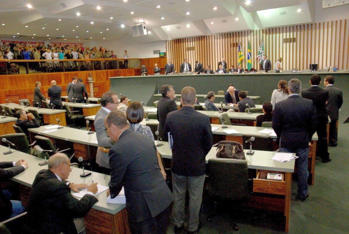 Justiça veta 14º e 15º salários aos deputados