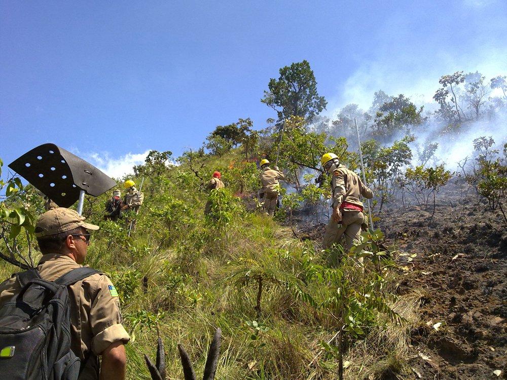 Bombeiros debelam incêndio na Serra de Caldas