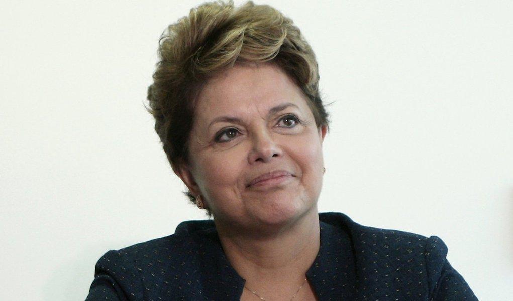 Dilma promete investir R$ 3,6 bi até 2014 no Brasil Sorridente