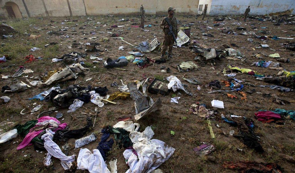 Paquistão: identificada metade dos mortos em acidente de avião