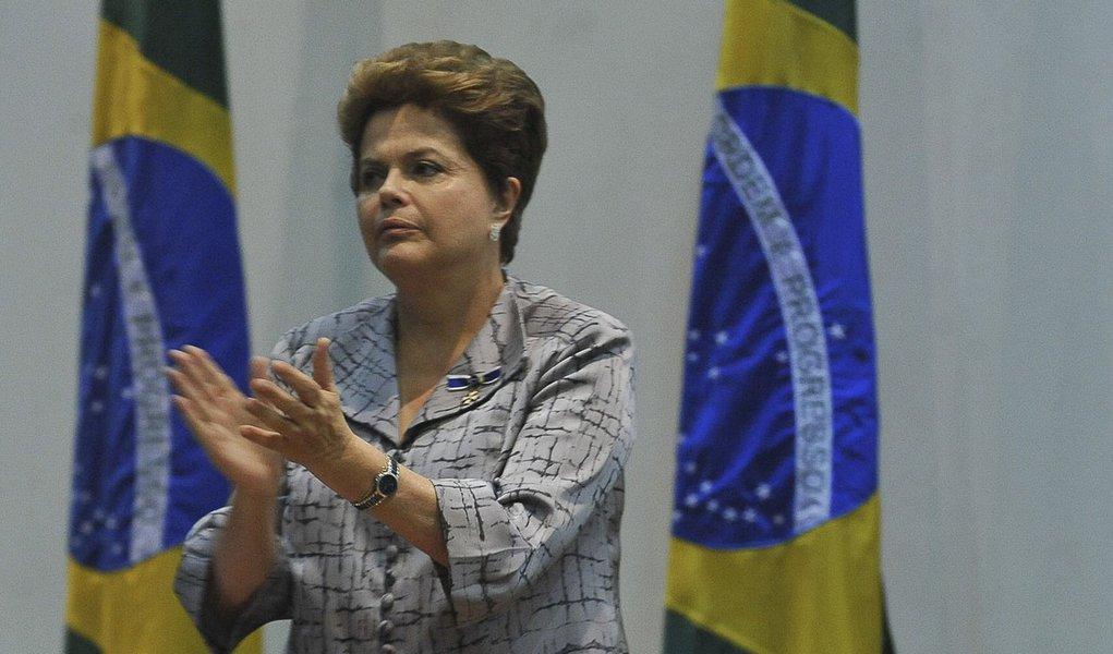"""Dilma promete """"posição de respeito"""" diante da CPI"""