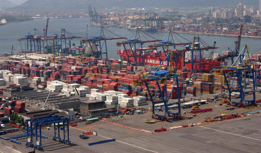 Balança comercial tem superávit de US$19,4 bi em 2012