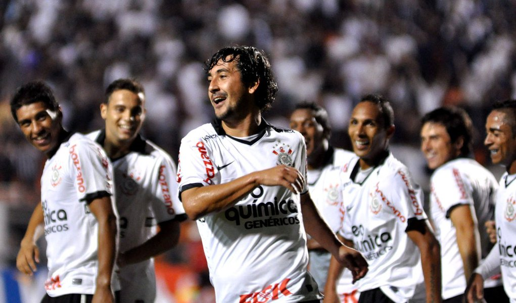 Corinthians dá show no Pacaembu e se classifica invicto