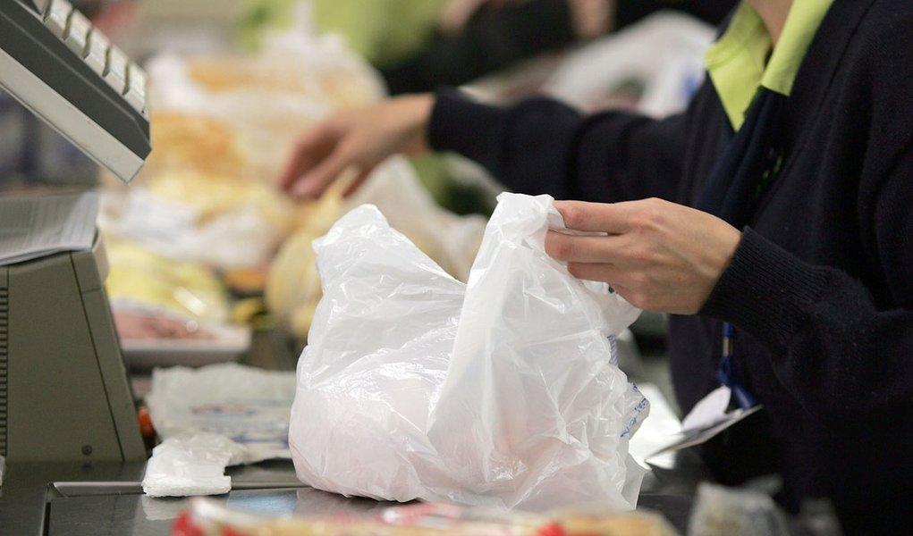 Supermercado que não der sacolinha levará multa