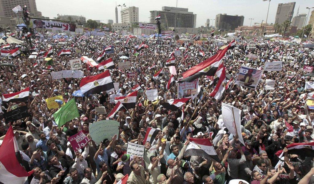 Manifestantes protestam no Cairo contra militares no poder