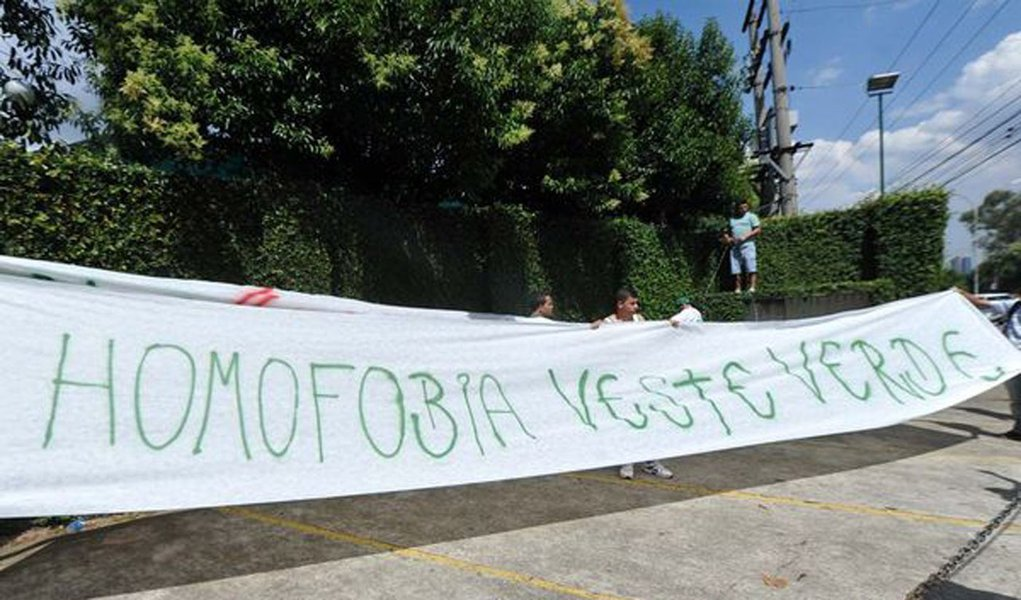 Torcida palmeirense admite ódio a gays durante protesto