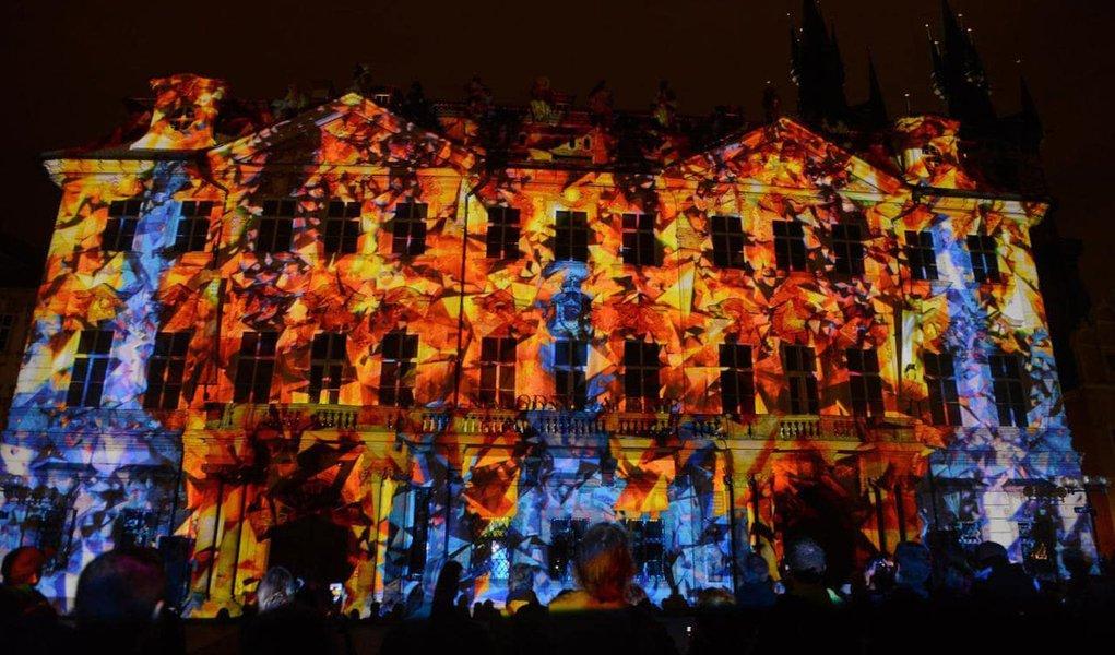 Centro histórico de Praga realiza festival anual com shows de luzes