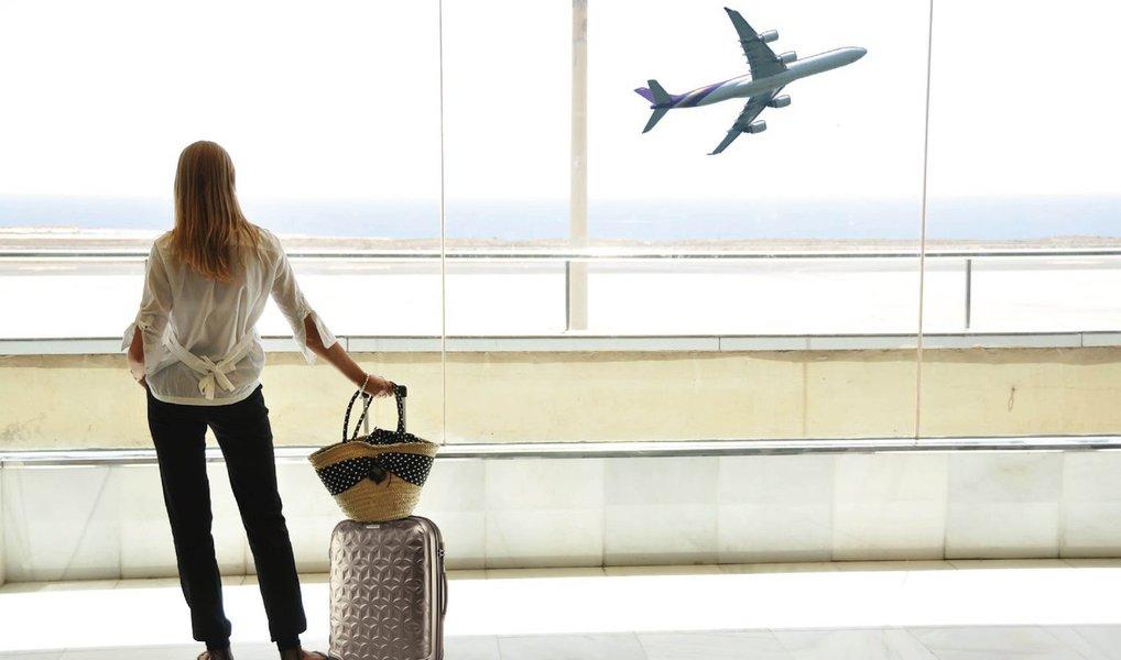Número de viajantes brasileiros aumenta com queda do dólar
