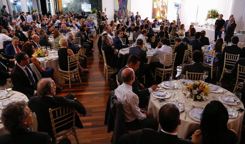 "Mello Franco: governo prometeu ""cortar na carne"" mas ofereceu banquete"