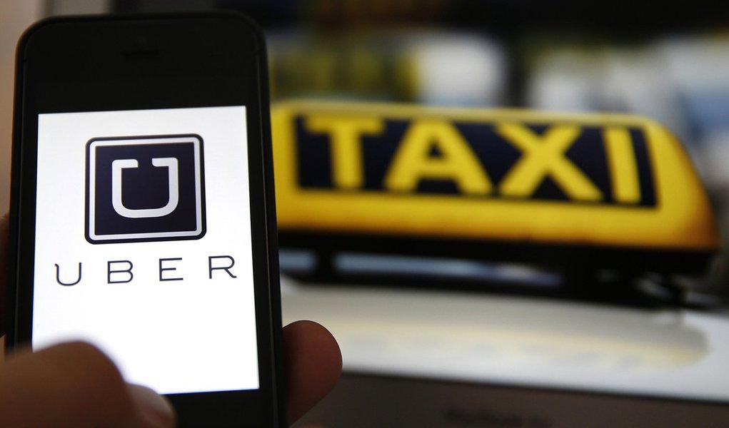 Taxistas fazem carreata pedindo a regulamentação do Uber em São Paulo