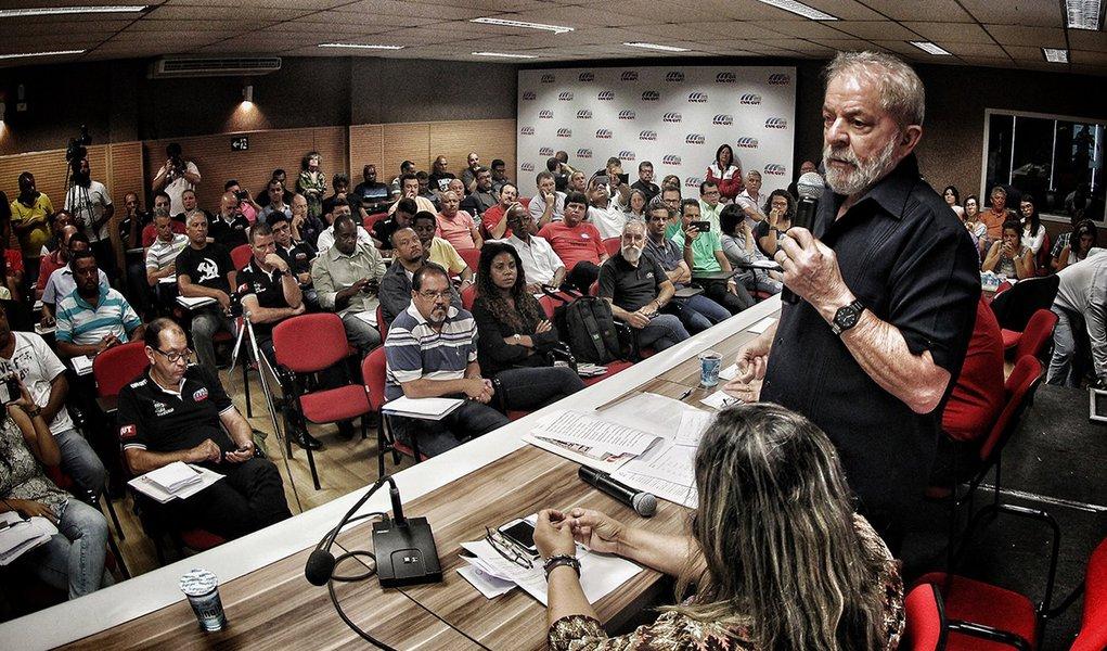 Lula: crescimento só volta com democracia e diretas