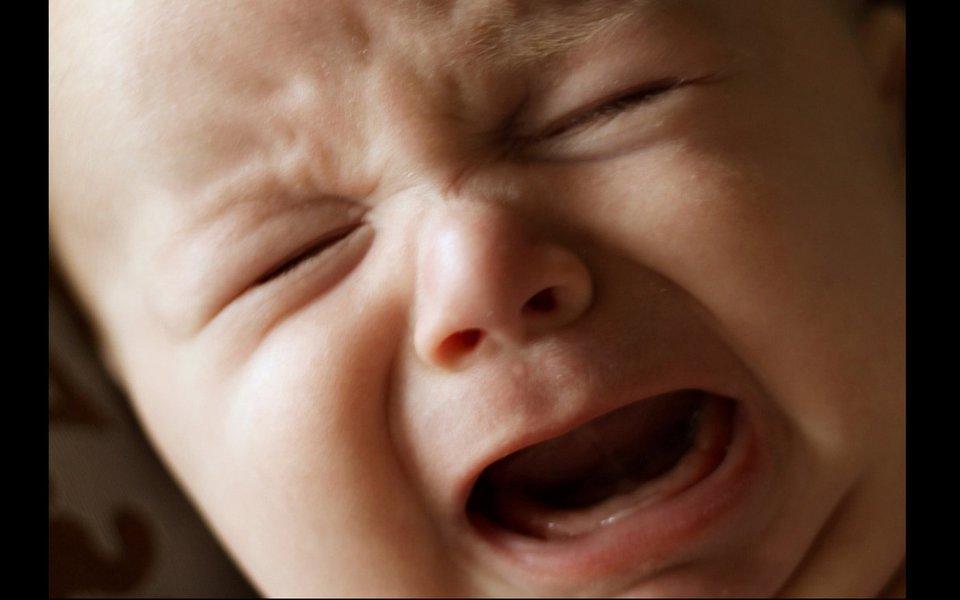 Dor dos bebês. Ela é ainda mais aguda nas crianças com poucos meses de vida