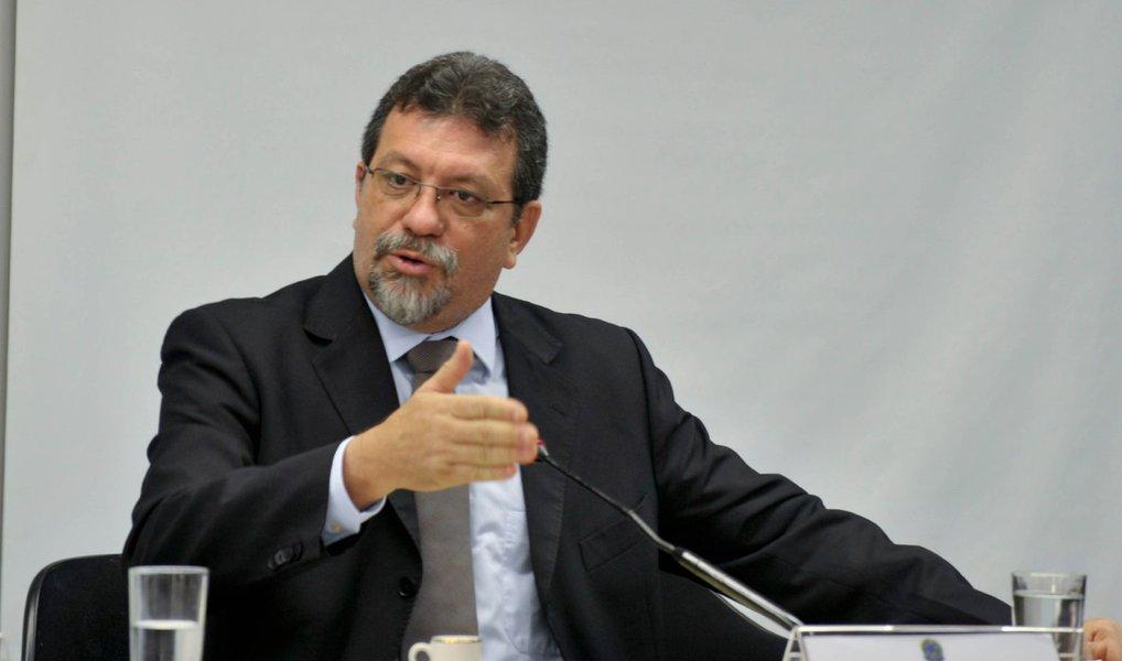 País não aguenta mais lidar com Cunha, diz líder do PT
