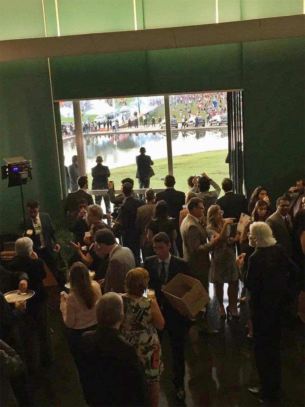 Congressistas brasileiros assumem o dolo da guerra civil e esnobam com o coquetel da desgraça