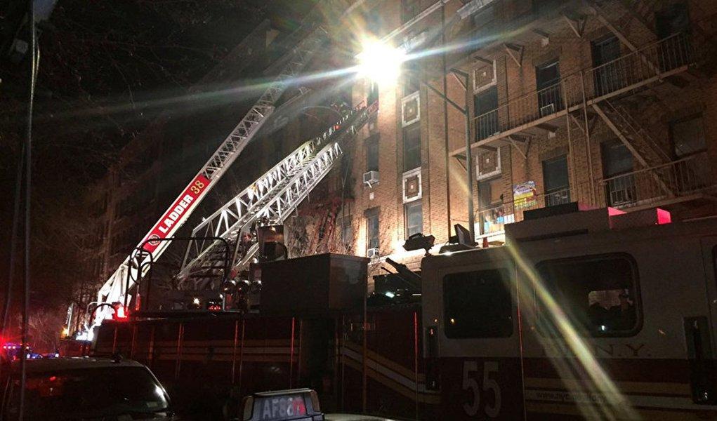 Incêndio em NY deixa pelo menos 12 mortos