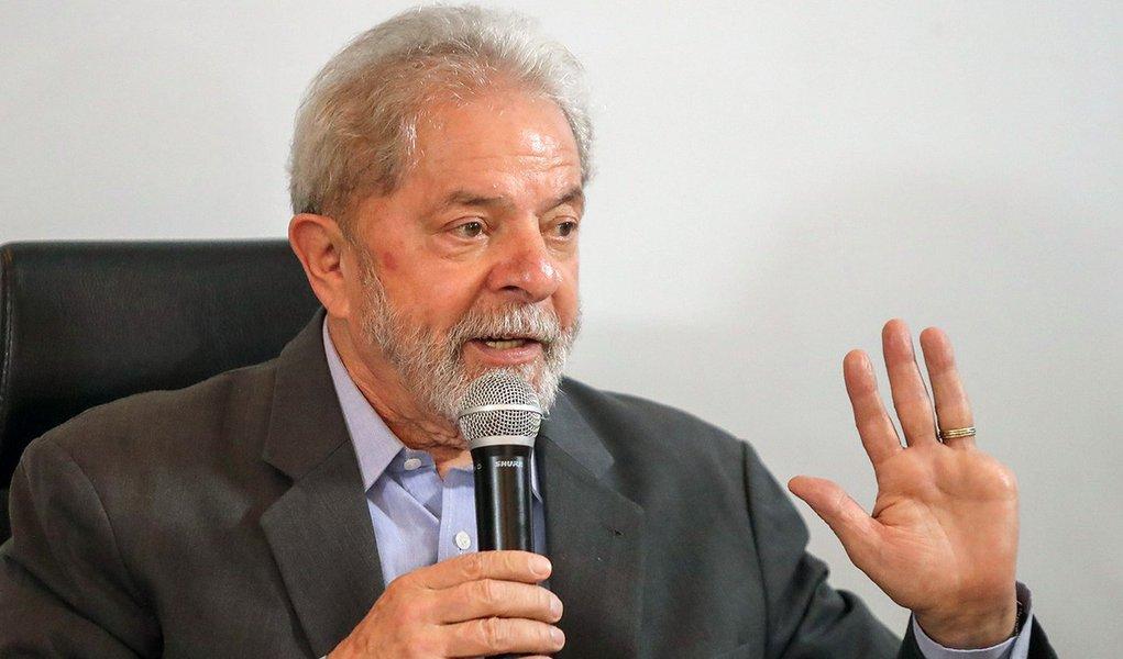 Lula vai entregar o passaporte à Justiça nesta sexta