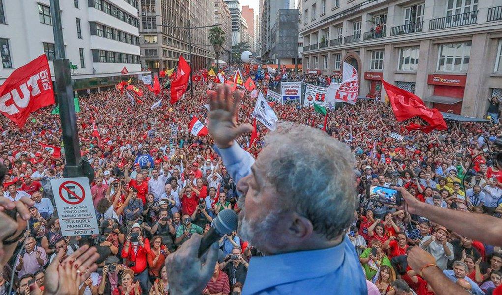 "Lula avisa: ""esperem, nós vamos voltar"""