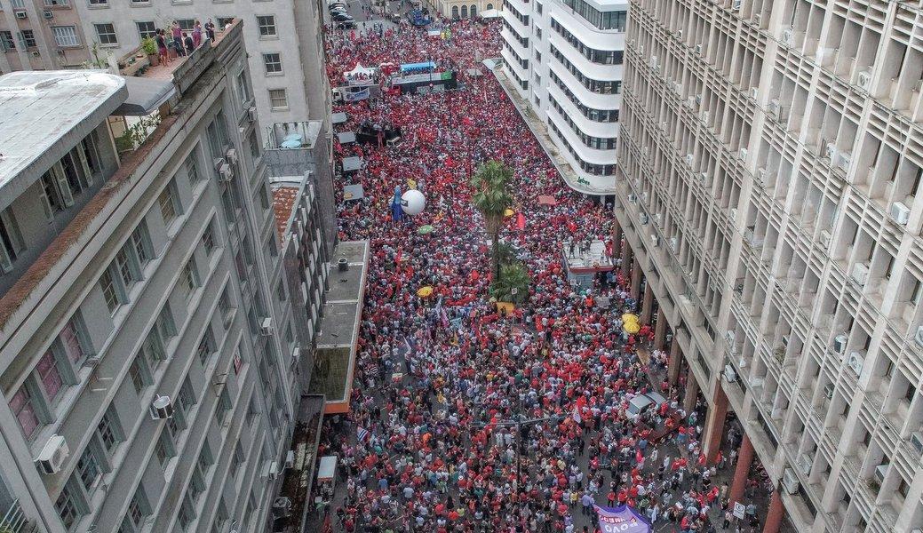 Num dia histórico, 70 mil pessoas gritaram por democracia em Porto Alegre