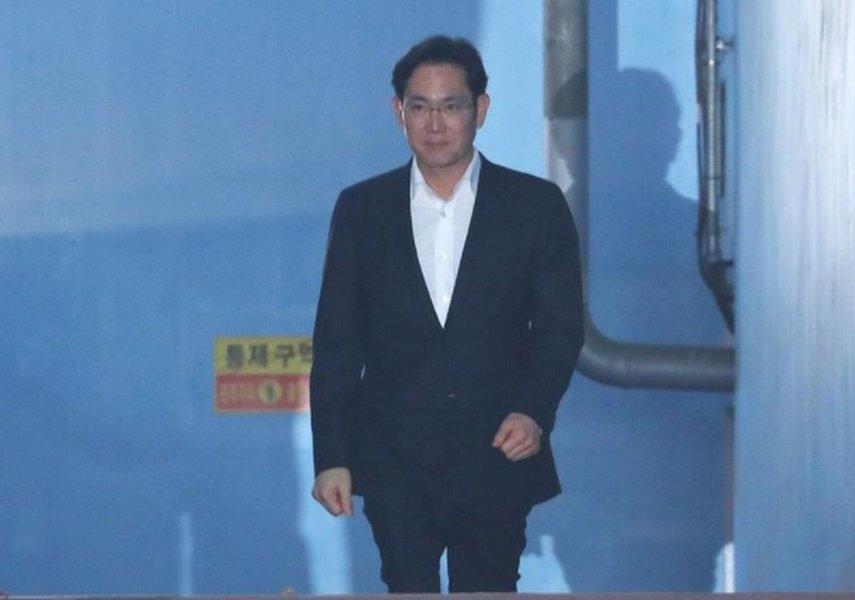Herdeiro da Samsung deixa cadeia depois de tribunal sul-coreano suspender pena de prisão